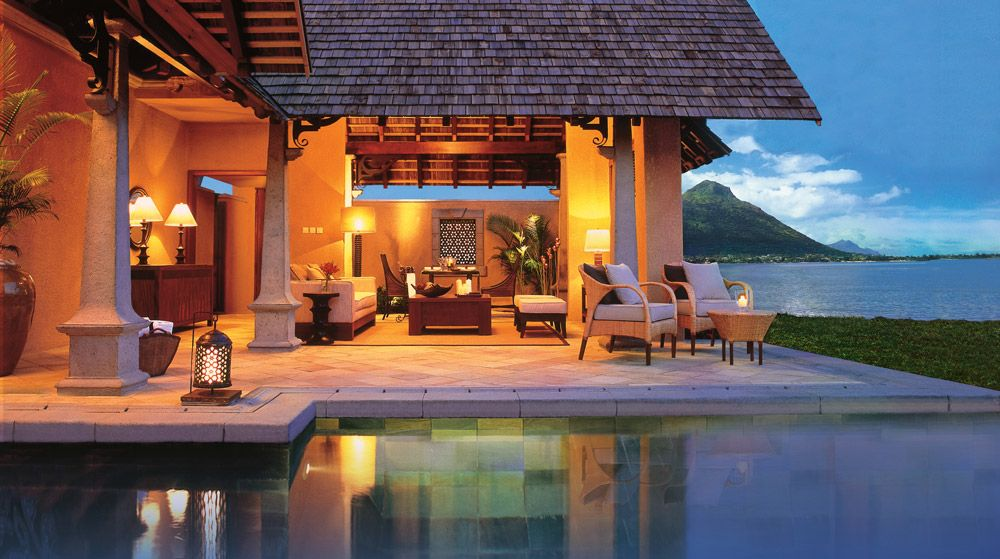 Maradiva Villas Resort Luxus Suite Villa Die Villen sind ideal für kleine Gruppen oder Familien. Ein Butler steht 24 Stunden am Tag zur Verfügung. Die Badezimmer verfügen über eine übergroße Badewanne und eine separate Dusche. Ebenso stehen ein begehbarer Kleiderschrank und im Garten eine Open-Air-Dusche zur Verfügung.  Die Beach Front Luxus Suite-Villen verfügen darüber hinaus über einen Blick auf das herrliche türkisblaue Wasser des Indischen Ozeans und einen direkten Zugang zum…