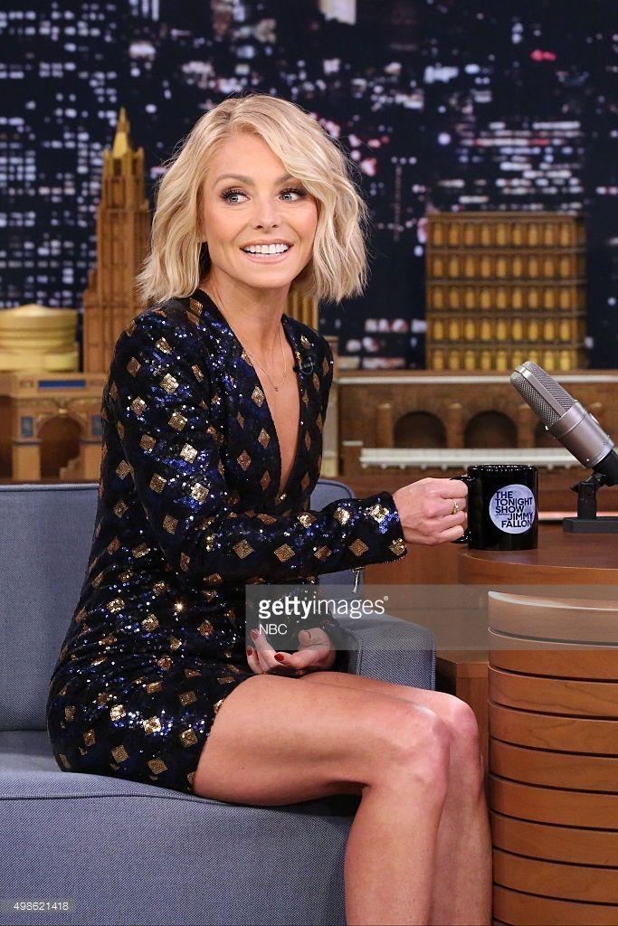 Talk Show Host Kelly Ripa During An Interview With Host Jimmy Fallon Short Hair Styles Kelly Ripa Hair Short Blonde Hair