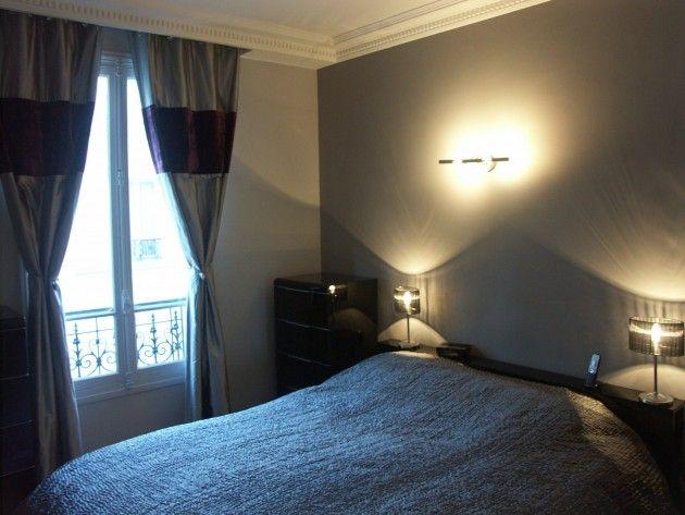 chambre coucher avec un lit deux personnes dans les tons bleu gris applique au mur pour. Black Bedroom Furniture Sets. Home Design Ideas