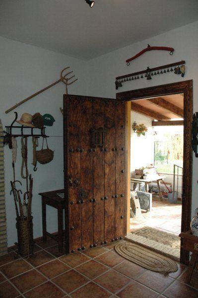 Puerta exterior rustica con herrajes puerta de acceso for Puerta madera rustica