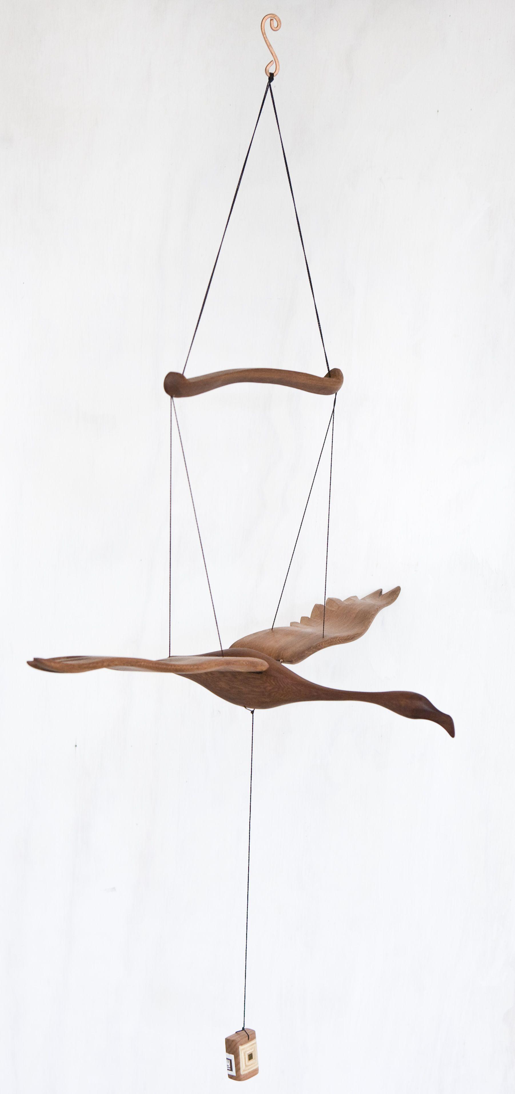 Pájaros móviles tallados en madera nativa Material: Alerce / Laurel Dimensiones: 60x32cm