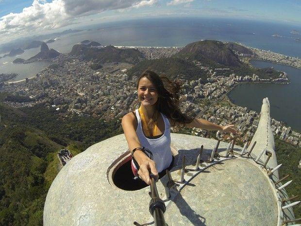 G Sobe à Cabeça Do Cristo E Mostra O Interior Da Estátua Que Faz - Guy takes epic selfie top christ redeemer statue brazil