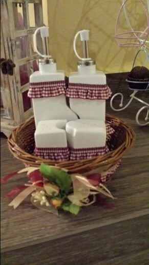 Set olio e aceto con cesto decorati in stile country