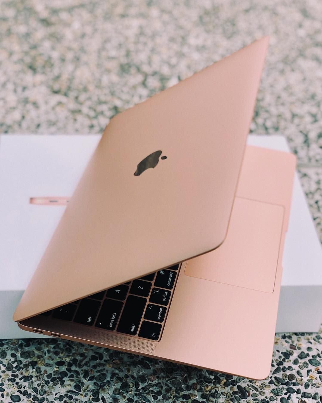Harper's BAZAAR Singapore sur Instagram apple's MacBook