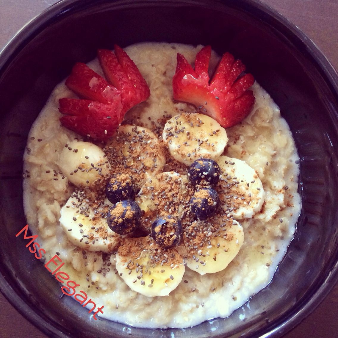fitgirlsguide hot oatmeal, banana, chia seed, dried raisins, strawberry, honey almond milk, easy breakfast, healthy breakfast, quick breakfast, healthy.
