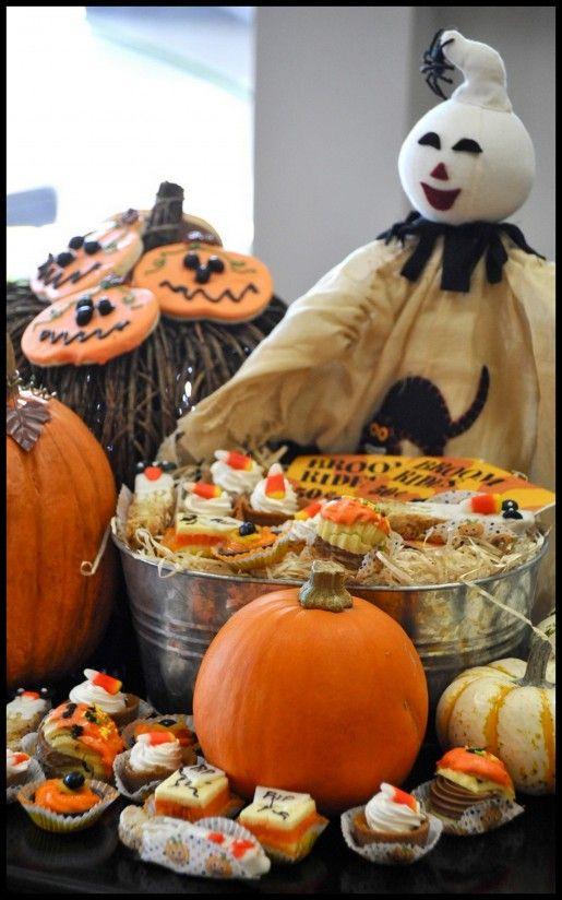 <3 this cute Halloween Dessert Station!
