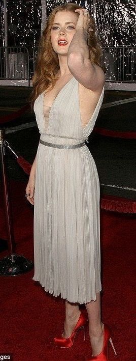 Amy Adams On The Red Carpet In A Beige Crushed Dress With Deep V Neck Revealing A Matching Bra Star Of American Hustle Junebug Enchante
