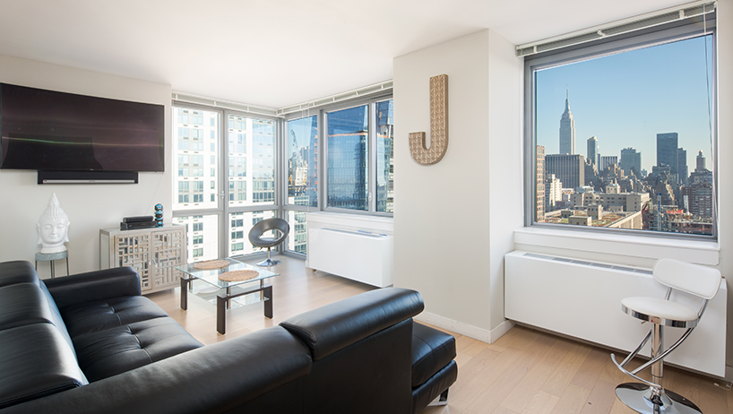 El apartamento de Joseba es sencillo a la par que luminoso gracias a los grandes ventanales que tiene, los cuales le otorgan unas vistas magnificas del Skyline neoyorkino. http://www.lacasademisprimos.com/apartamento_joseba.html