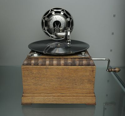 Suomi table gramophone utilizing German Nirona horn method. Suomi-pöytägramofoni, joka käyttää saksalaista Nirona-äänikartiovahvistusmenetelmää.