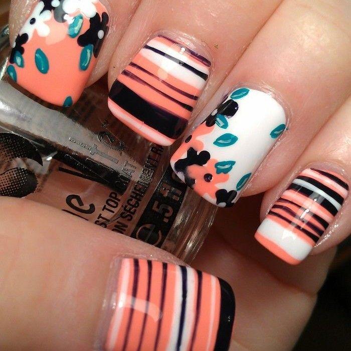Bonitas uñas de color naranja pastel decoradas con flores blancas y negras,  y líneas negras