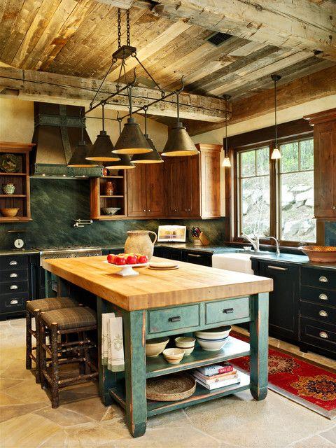 Cocina con estilo rústico, la madera en distintos tonos como elemento proncipal.