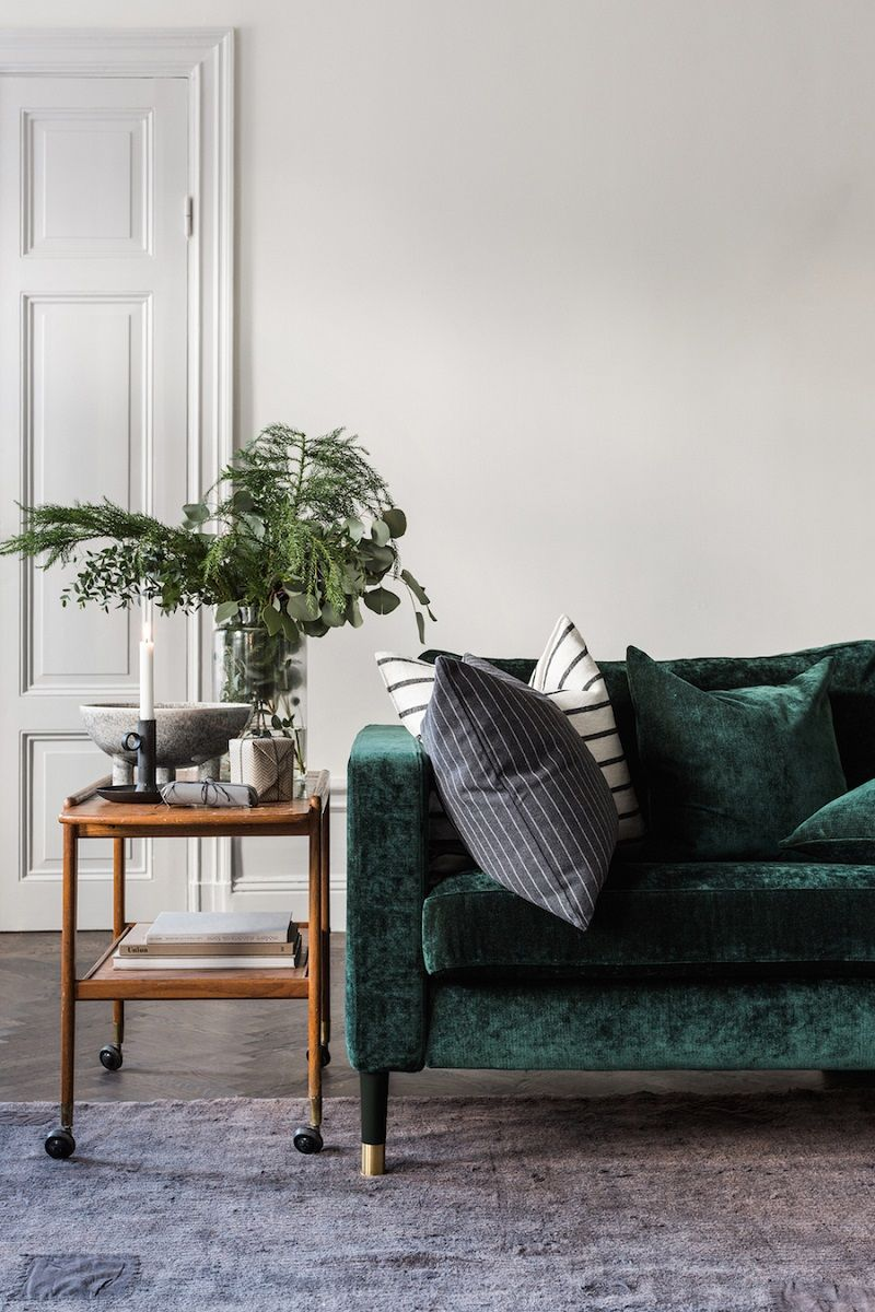 10 Inspiring Lush Green Velvet Sofas In Cozy Living Roomrealivin Net Retro Sofa Interior Trending Decor