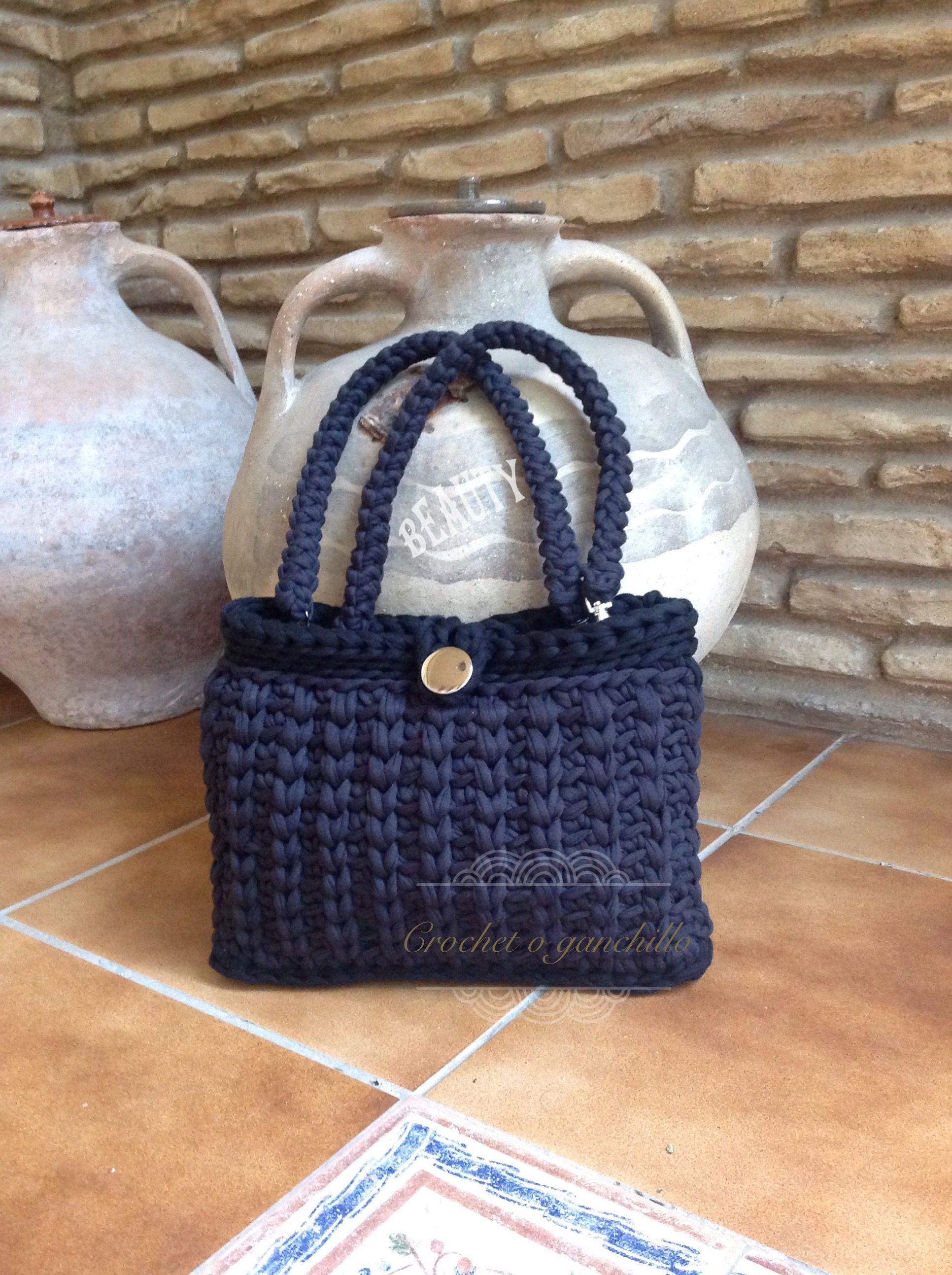 Bolso negro de trapillo con detalles en plata by Crochet o ganchillo