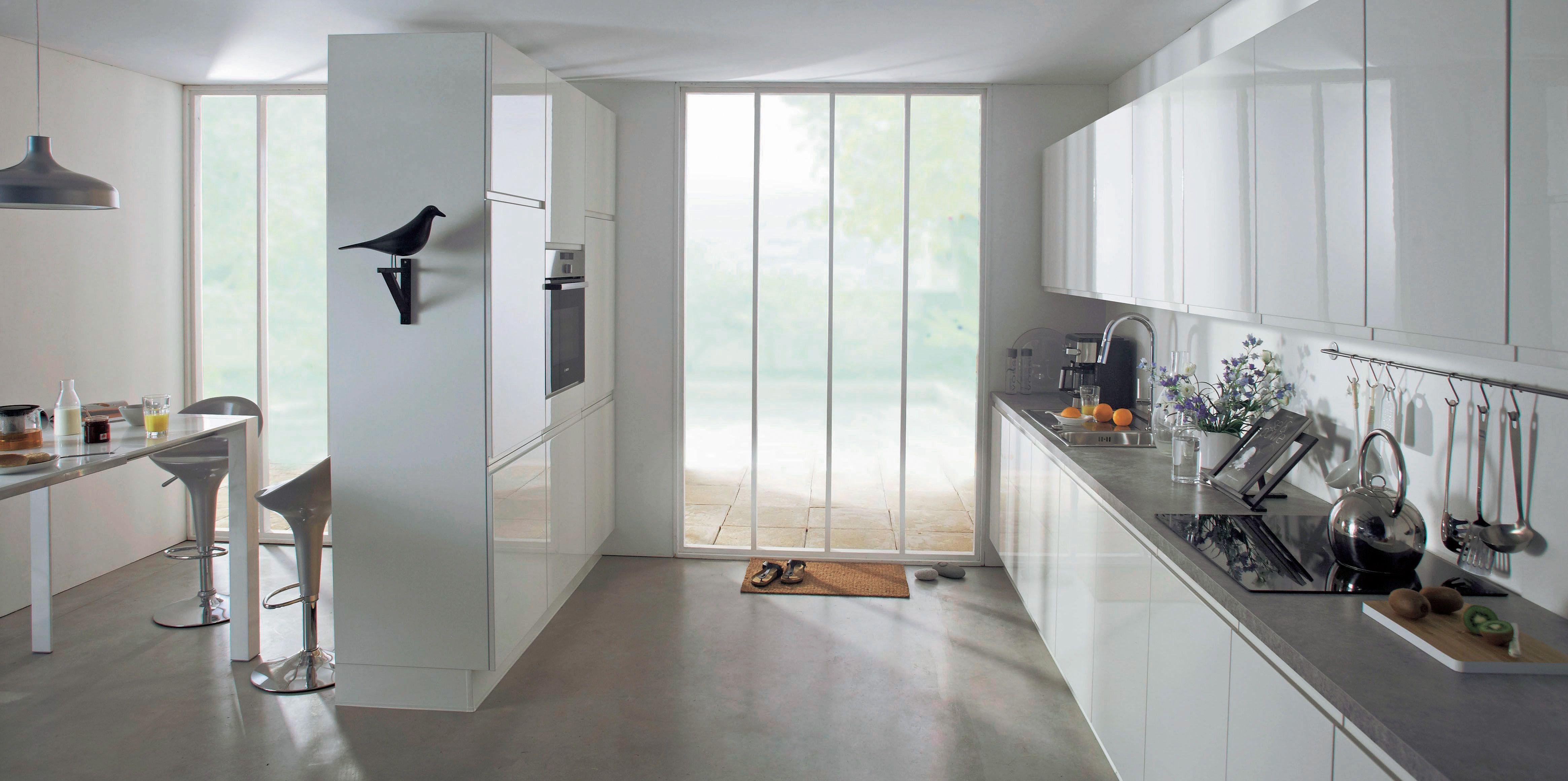 dabf6bf92e948 séparation d espaces par meubles haut Cuisine design blanche laquée Flash