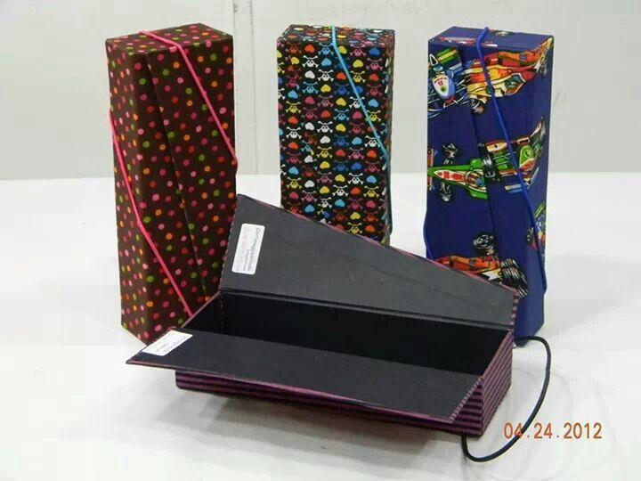 af18422e4d3dc Caixa de Bijuteria tipo caixa livro.Forrada com tecido de algodão. Aulas no  Atelier Árvore de Retalhos na R Uruguai 329 lj 129 Tijuca