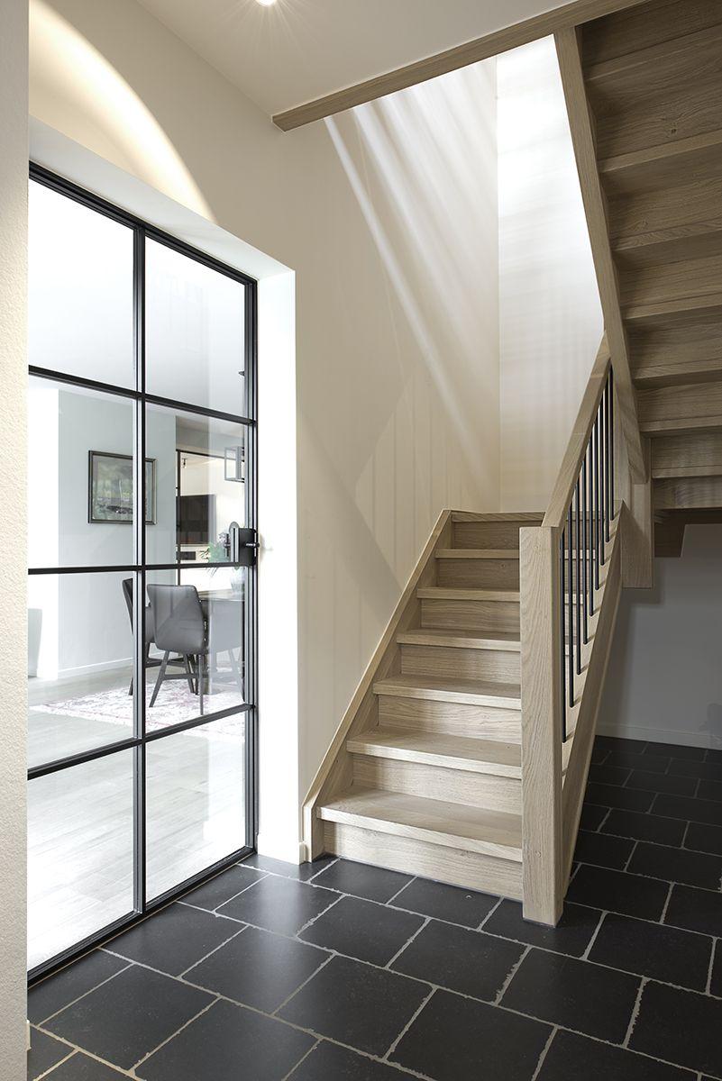 escalier rustique en bois avec palier et barreaux en fer. Black Bedroom Furniture Sets. Home Design Ideas