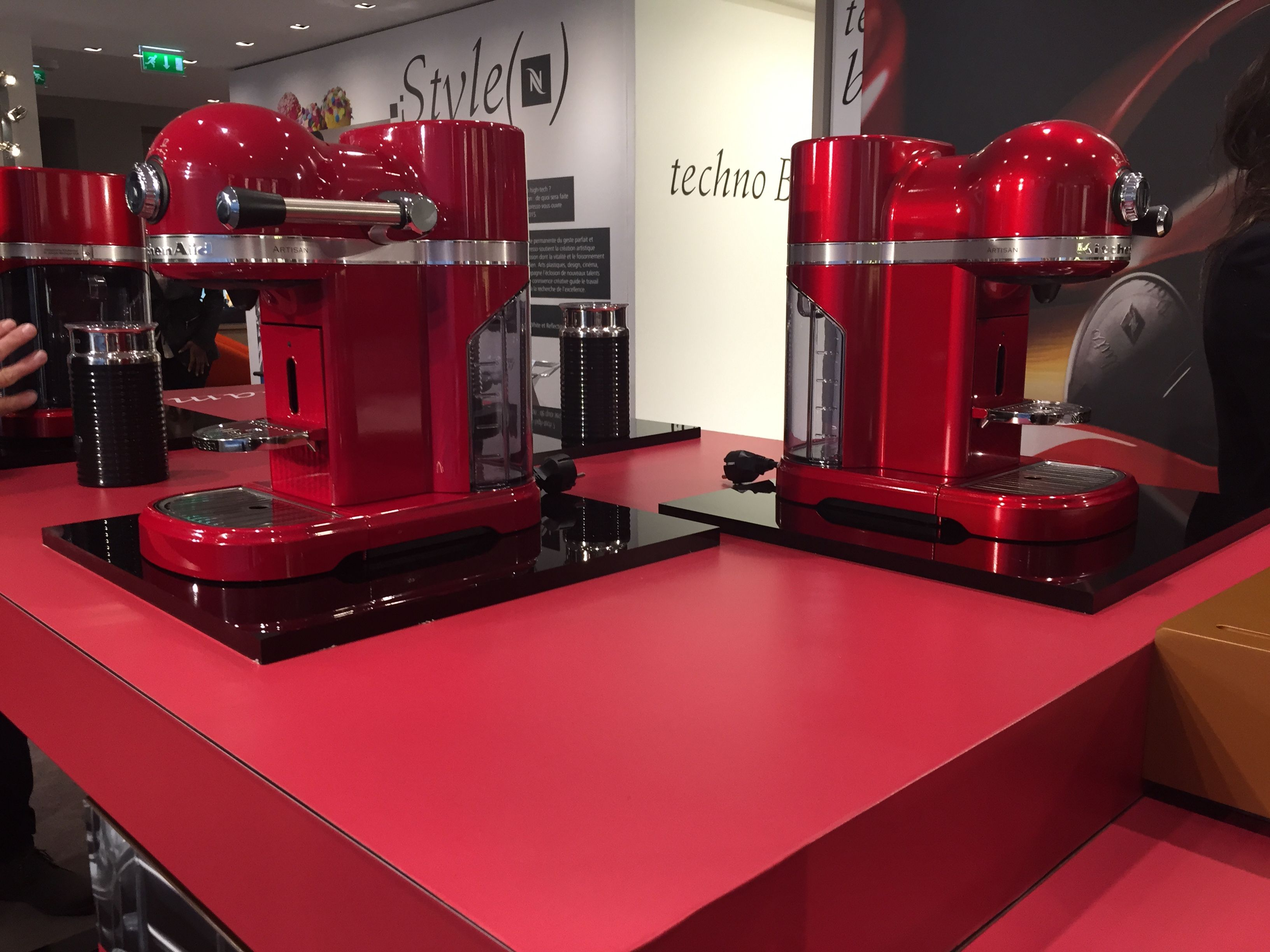 la nespresso de kitchenaid en rouge empire et pomme d 39 amour la nespresso de kitchenaid. Black Bedroom Furniture Sets. Home Design Ideas