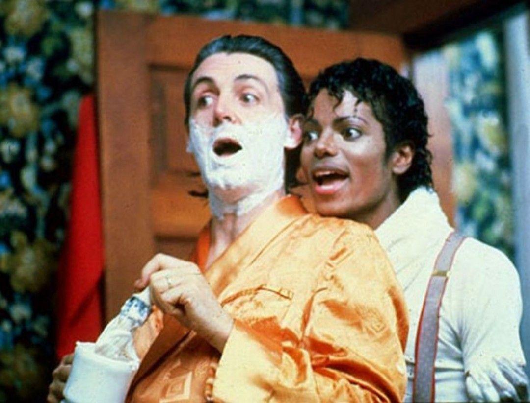 """Paul McCartney e Michael Jackson que dupla! Essa cena é do clipe da música Say Say Say um sucesso absoluto na década de 80 mais precisamente em 1983. No clipe Paul e Michael interpretam dois amigos trambiqueiros que vendem uma poção milagrosa que deixaria qualquer um forte como um touro mas tudo não passa de uma grande enganação. O nome da tal poção? """"Mac and Jack"""" é claro! by estudiobecca"""