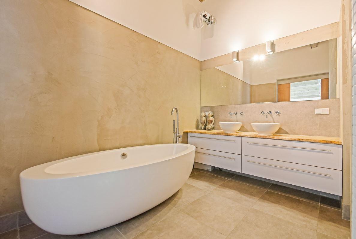 Strakke Badkamer Wanden : Strakke badkamer zonder tegels op de wand interieur in