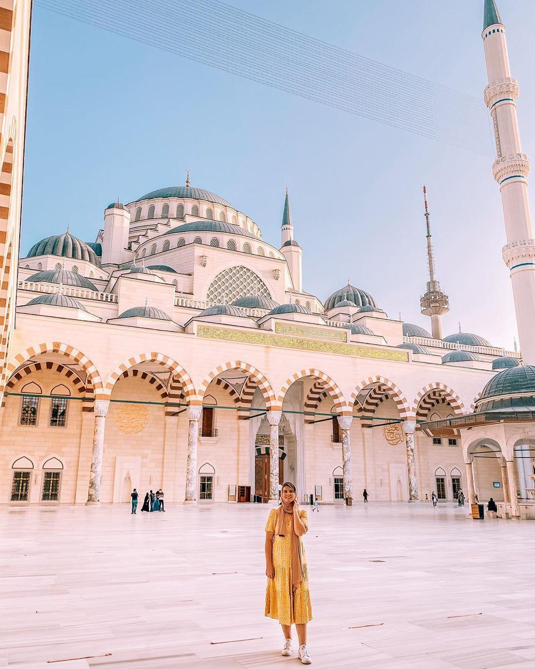 Ellie Quinn in Mosque in Turkey