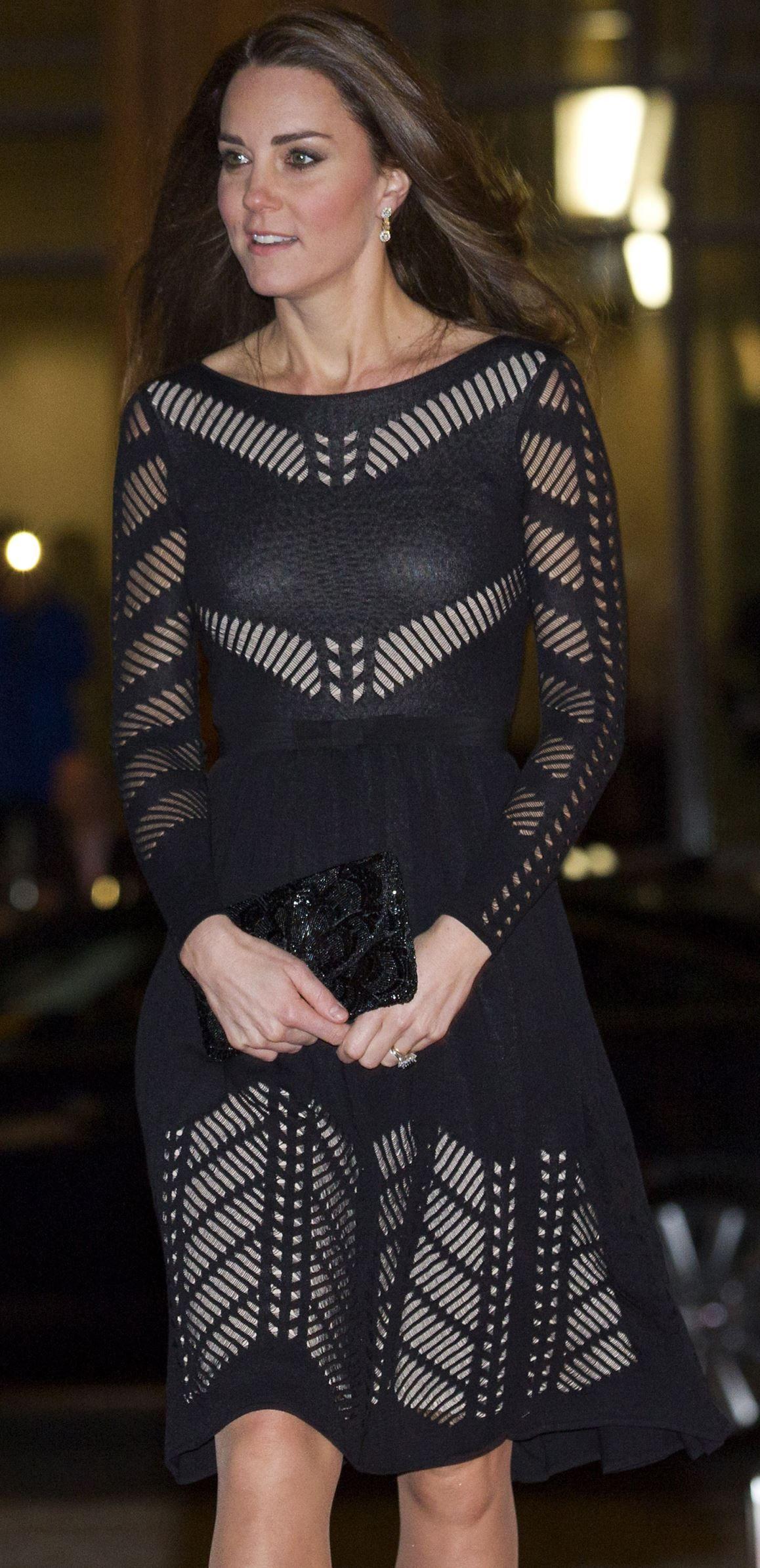 Kate muestra su pancita de embarazada en un bonito vestido negro