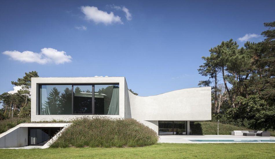 Vaste maison semi-enterrée avec une magnifique piscine en ...