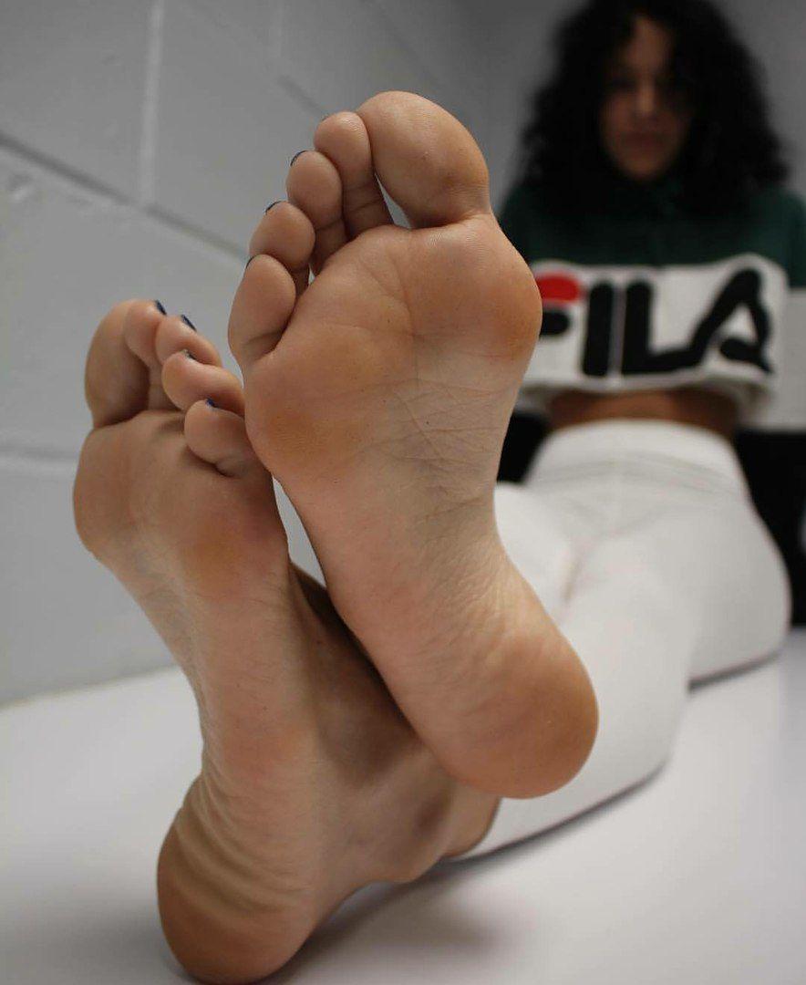 Sexy latina feet and ass