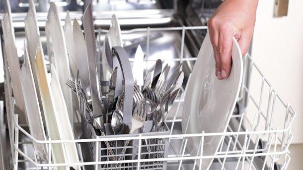 Nach dem Waschgang in der Spülmaschine kann sich Flugrost an dem Besteck befinden.  (Quelle: Thinkstock by Getty-Images)