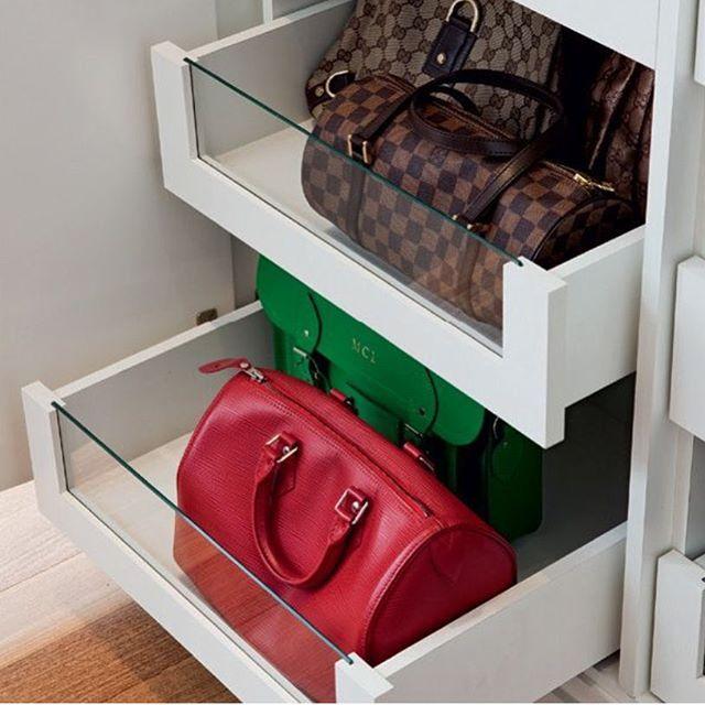 Gavetas com visor de vidro ajudam a localizar as bolsas nesse closet bem projetado !! Imagem Casa Abril