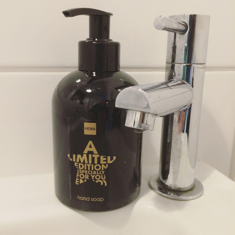 Wc toilet badkamer zeeppompje zwart goud Hema | CasaTomasouw | Pinterest