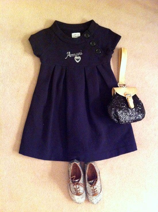 Glitter:El vestido de algodón es de ARMANI JUNIOR y los oxford y el bolsito de glitter son de ZARA.
