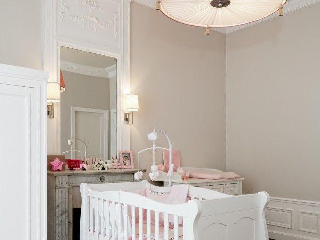 Beige rosé pour les murs et moulures blanches | Chambre bebe ...