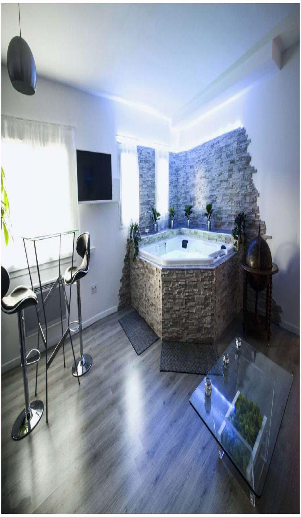 Chambre Suite Avec Jacuzzi Jacuzzi Privatif Lyon Chambre Chambres Avec Jacuzzi In 2020 Bathroom Bathtub