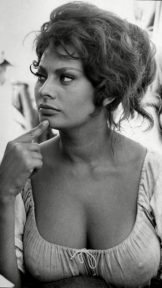 Sophia Loren full body