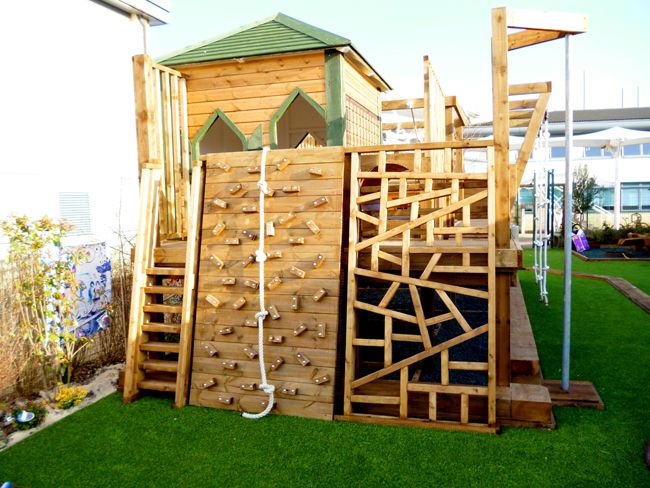 20 of the coolest backyard designs with playgrounds for Diy play structure