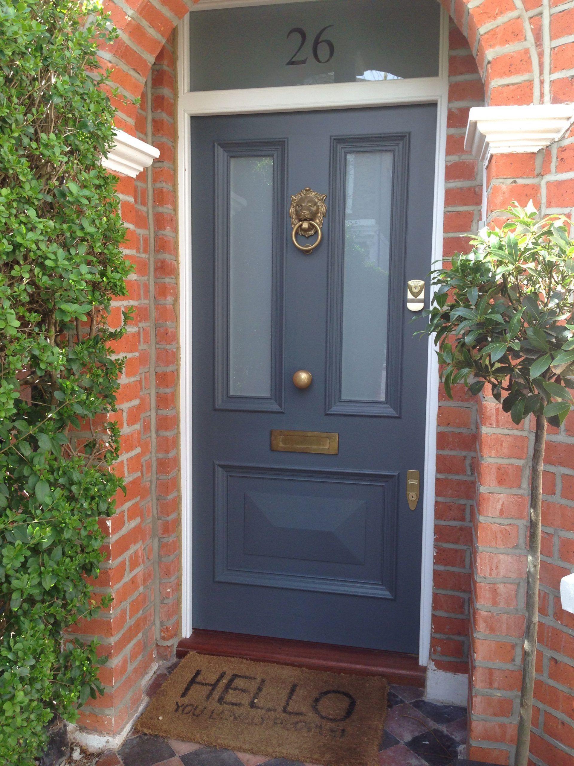Gorgeous viktorianischen Haustür in Farrow & Ball ist die Downpipe mit Voysey & Jones Vintage Tür-Möbel #victorianfrontdoors