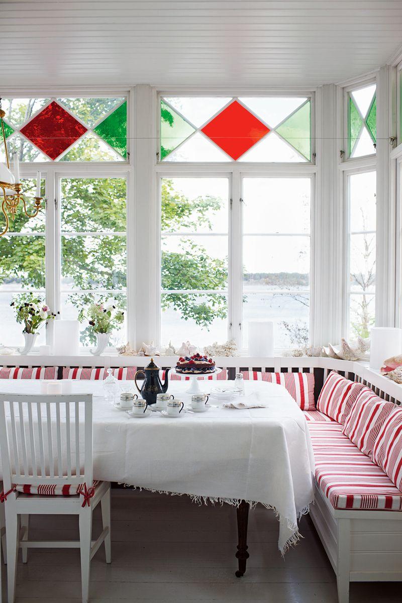 Window ideas for a sunroom  hem skärgårdsliv  banquettes window design and white cottage