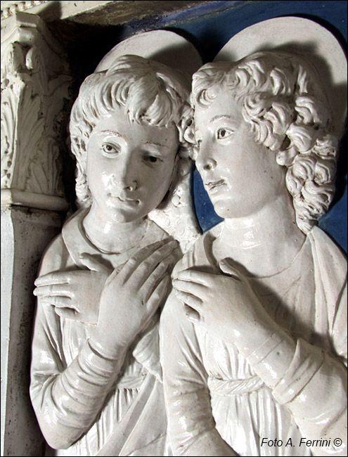 """Andrea Della Robbia - Particolare sugli Angeli in alto a sinistra della """"Vergine in adorazione"""" - 1479 - Santuario della Verna"""