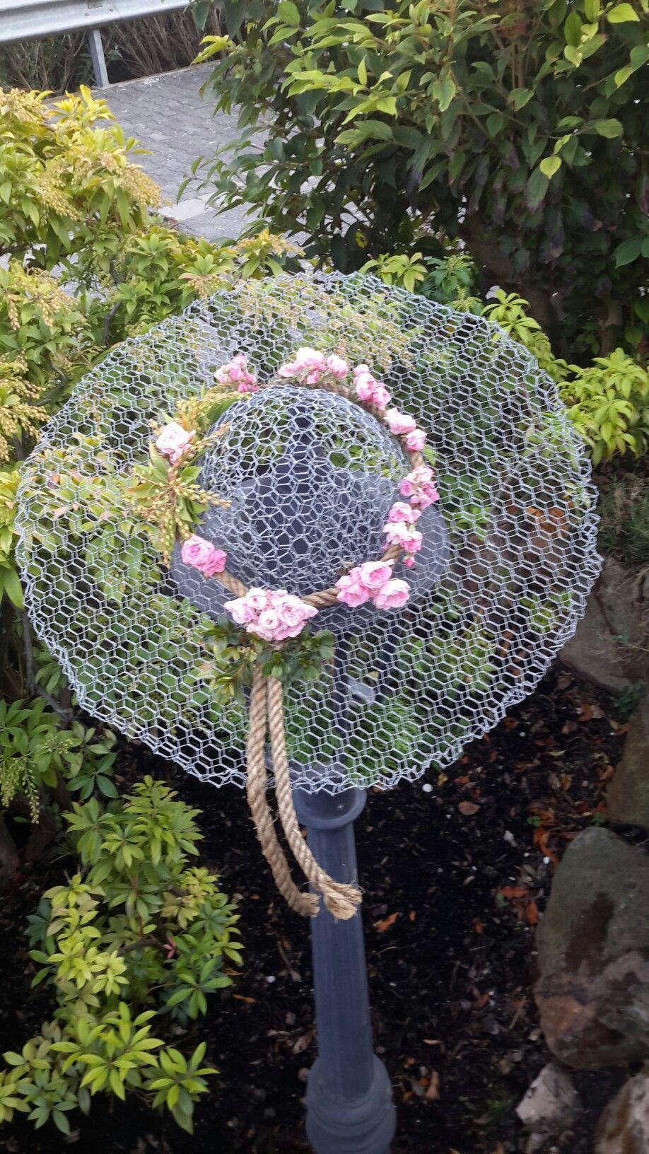 Drahthut Mit Kleinen Rosen Dekoriert Gardenwhimsy In 2020