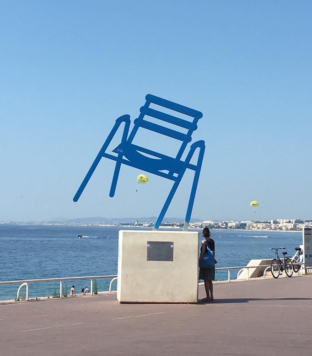A Chaise Bleue De Sab Art Urbain Quai Des Etats Unis A Nice Geante Et Stylisee Elle A Ete Realisee En 2d Par L Artiste Nicoi Outdoor Outdoor Decor Sun Lounger