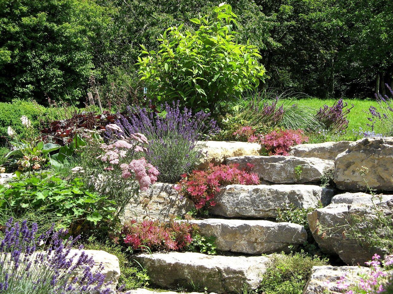 Cómo decorar un jardín con piedras - http://www.jardineriaon.com ...