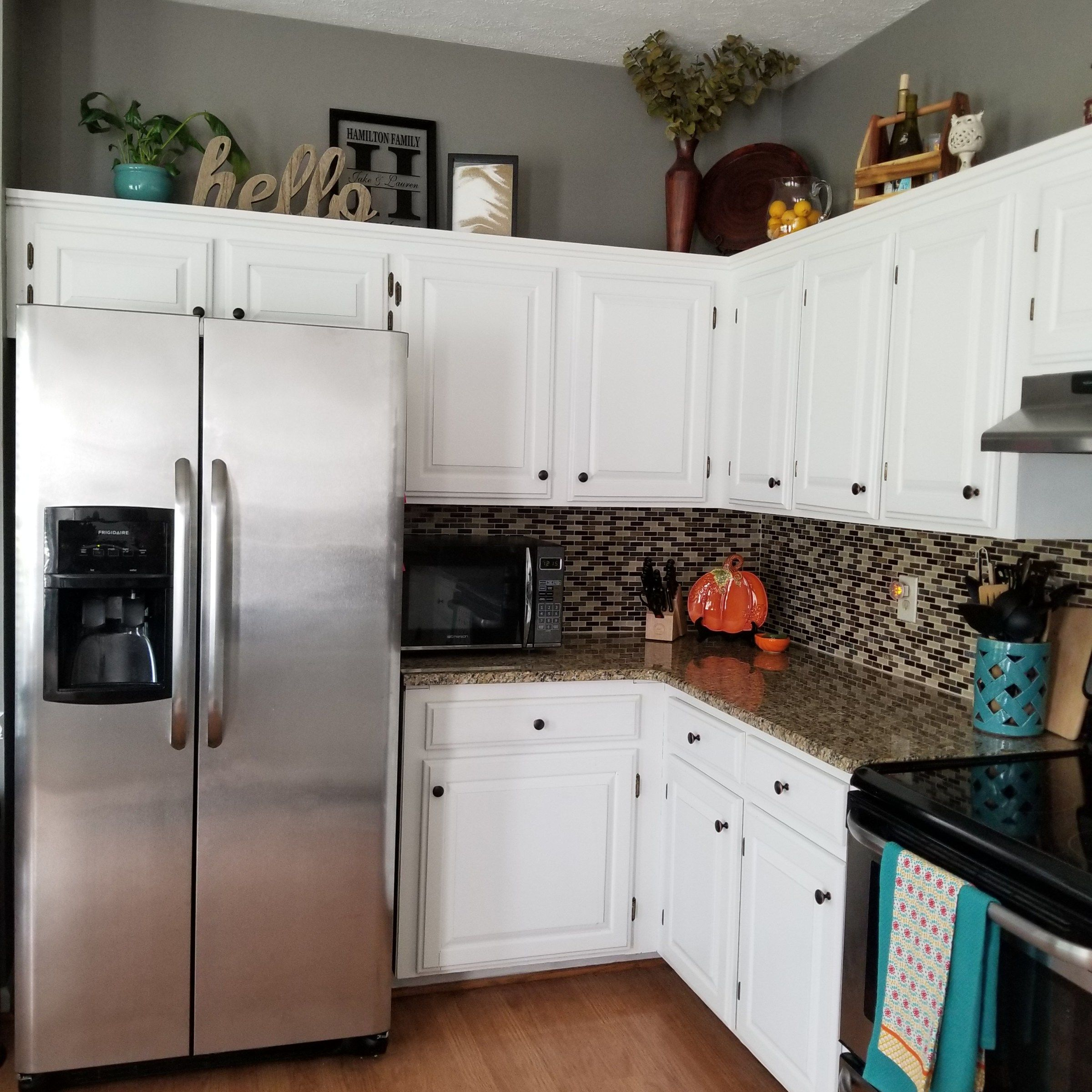 Space Above Kitchen Cabinets: How To Decorate Above Kitchen Cabinets