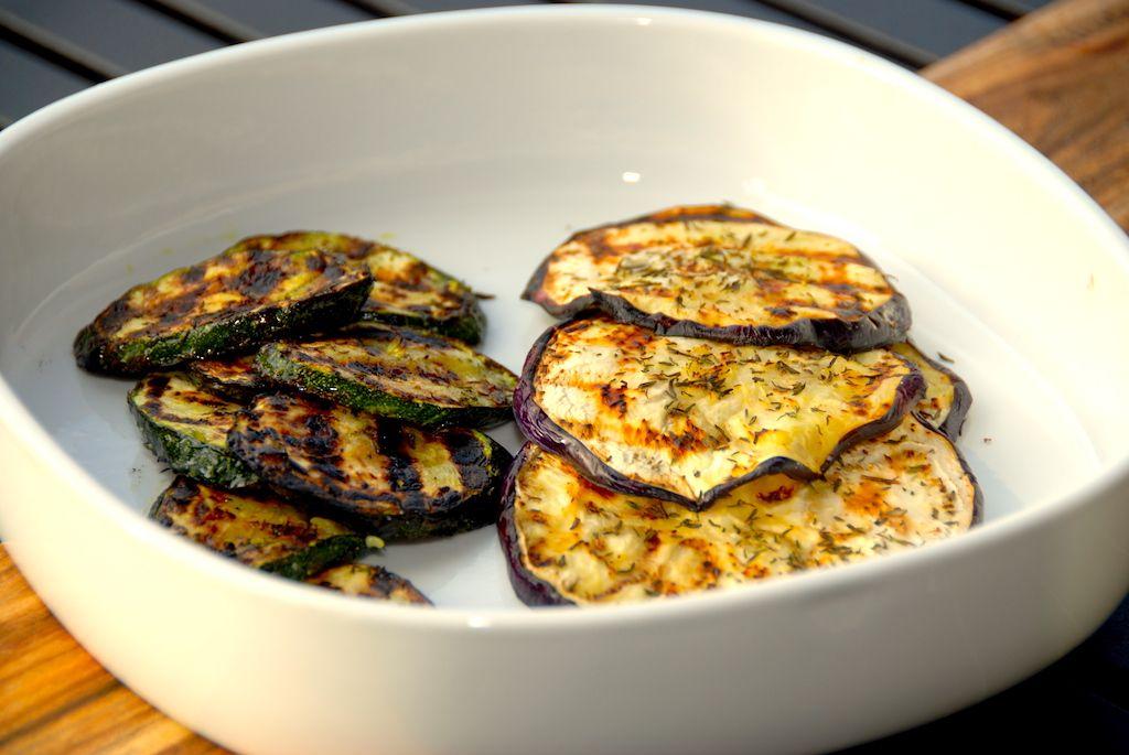 Grillet aubergine og squash med olie og timian (tilbehør)