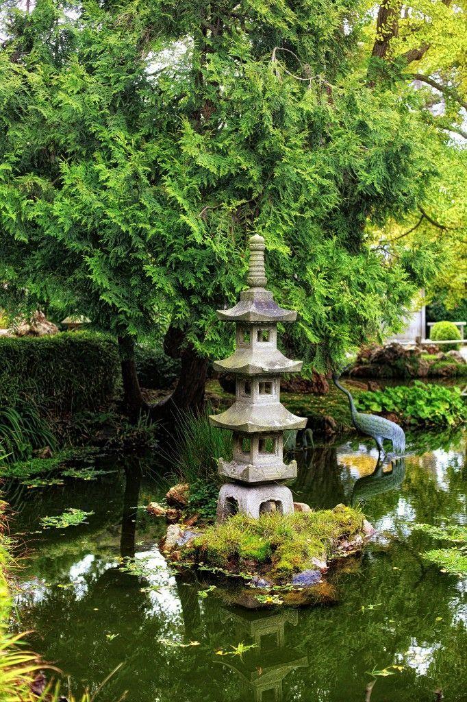 Japanischer Garten mit Stein-Pagode und Bronze Krane im Teich 1112 - chinesischer garten brucke
