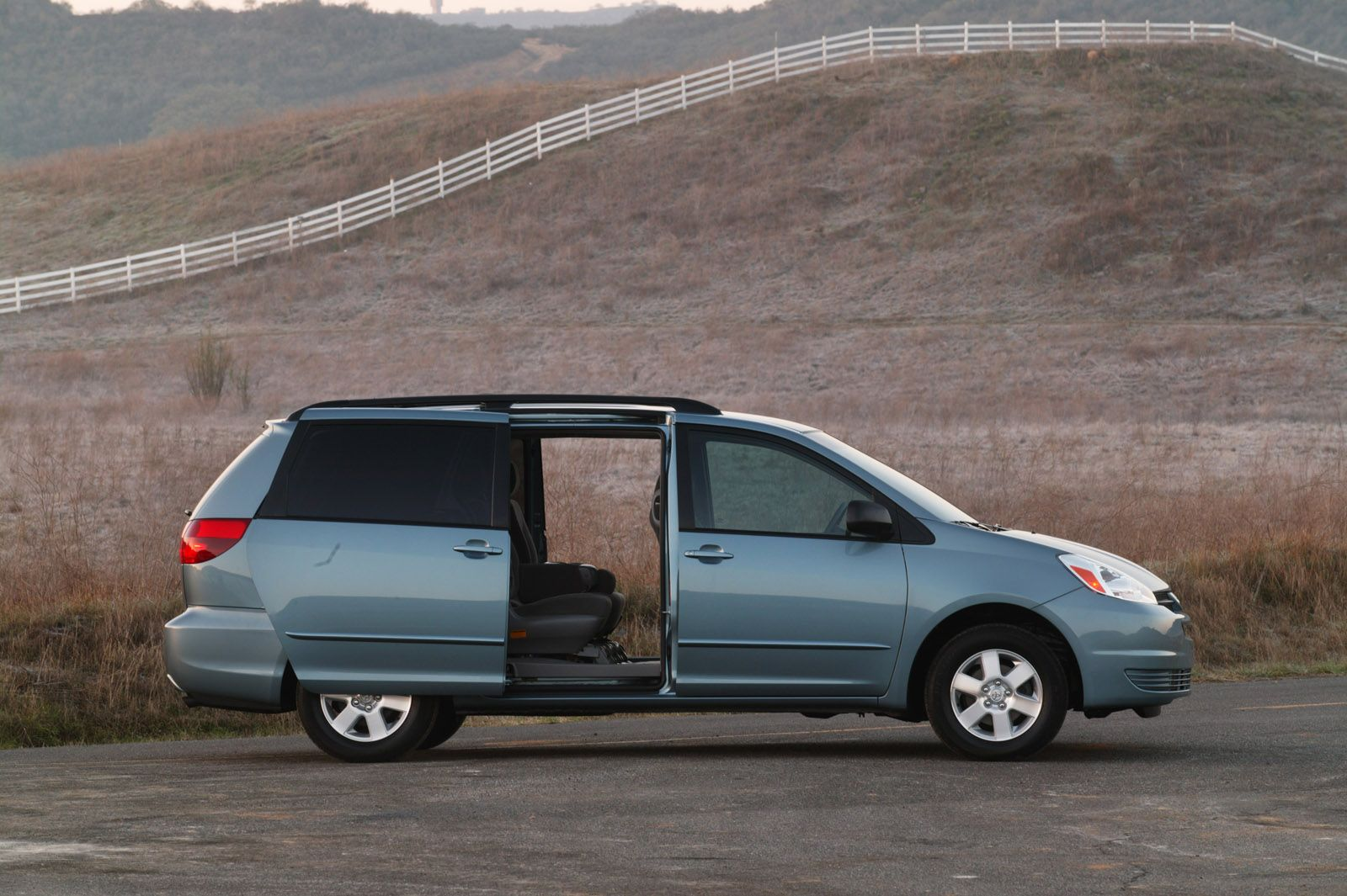 Toyota S Recalling Hundreds Of Thousands Of Sienna Minivans For Rollaway Risk Carscoops Mini Van Toyota Nissan Quest