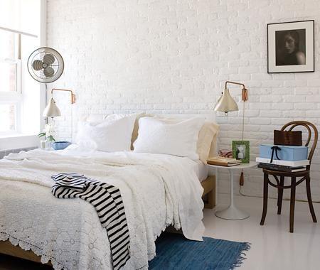 J'adore : le style épuré de cette chambre, la couverture en dentelle, les quelques touches de couleur dans la pièce, la chaise comme table