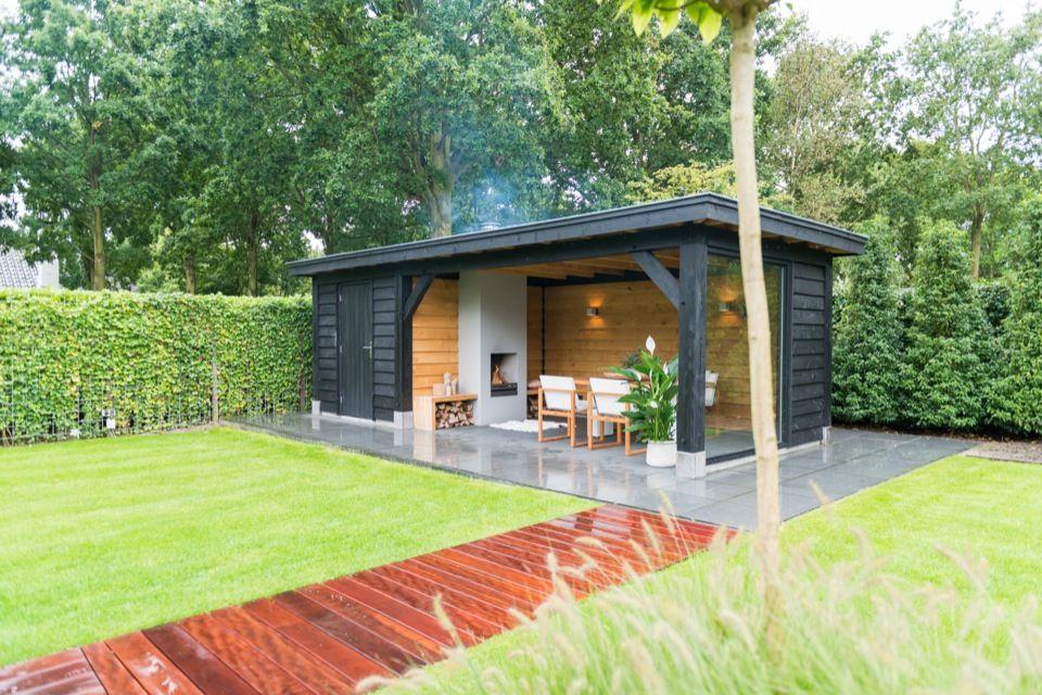 Zo n berging met volop ruimte voor al uw tuingereedschap valt uitstekend te combineren met een - Overdekt terras in hout ...