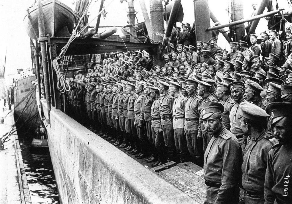 La Fuerza Expedicionaria Rusa llegando a Marsella, 1916. En abril de 1917 una parte de este contingente se alzó en un motín tras llegar noticias de la Revolución de Febrero.