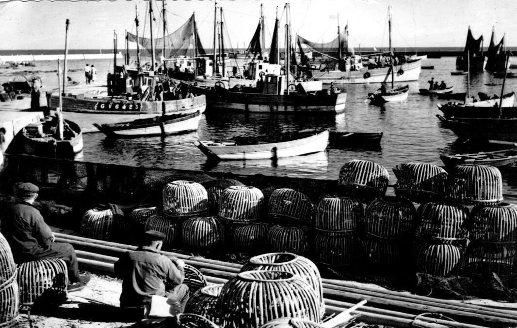 Réparation des casiers à homard, Lesconil dans les années 50