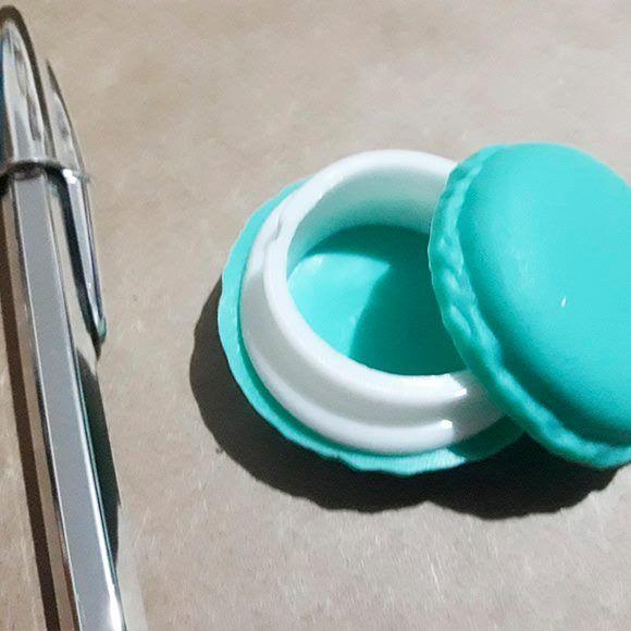 Macarron porta Clips <3 cod OU000240  Macarron decorativo, organizador. Ele mede 4cm de diametro em média. Cor verde escuro. Este produto você encontra nas lojas Bala Mental,entre em contato conosco em nossa fan page: